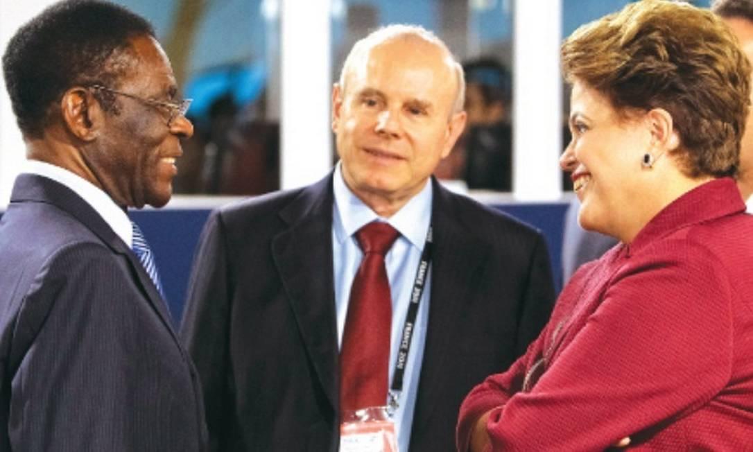 Dilma e Guigo Mantega conversam com Teodoro Obiang, há 34 anos no poder na Guiné Equatorial Foto: Roberto Stuckert Filho