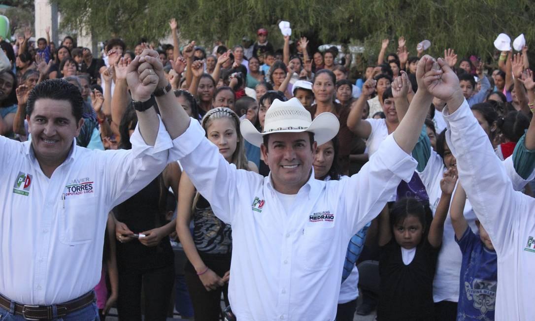 Benjamin Medrano posa durante a campanha: dono de dois bares gays afirma que ganhou com plataforma limpa Foto: AP/18-7-2013