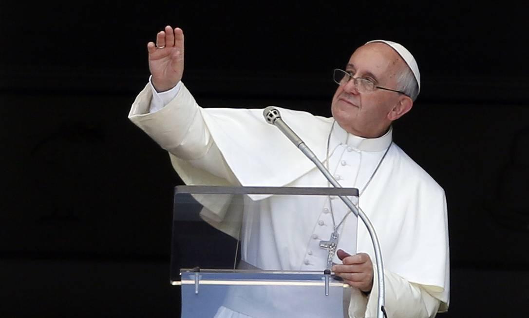 O Papa Francisco saúda os fiéis na Praça de São Pedro, no Vaticano: Pontífice elogiou os brasileiros e a recepção que teve no país na Jornada Mundial da Juventude, na semana passada Foto: Reuters/STEFANO RELLANDINI