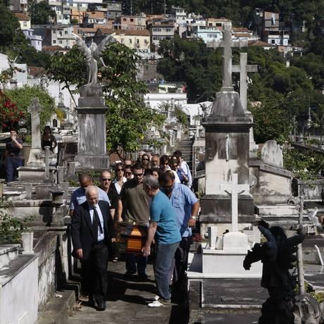 Corpo de Luiz Paulo Horta é enterrado no cemitério São João Batista, em Botafogo Foto: Marcos Tristão / Agência O Globo