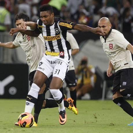 Vitinho protege a bola diante da marcação na vitória do Botafogo sobre o Vasco no Maracanã Foto: Márcio Alves / Agência O Globo