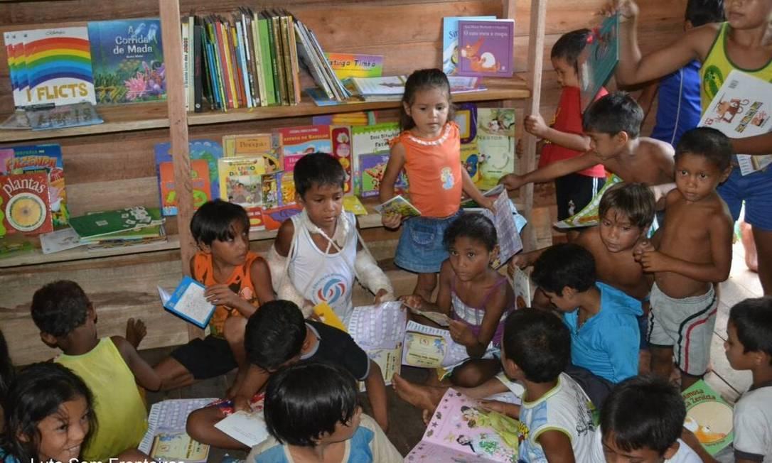 """Crianças da comunidade de São miguel, em Marajó, na biblioteca """"Sonho de papel"""", criada por Luti Acervo Pessoal"""