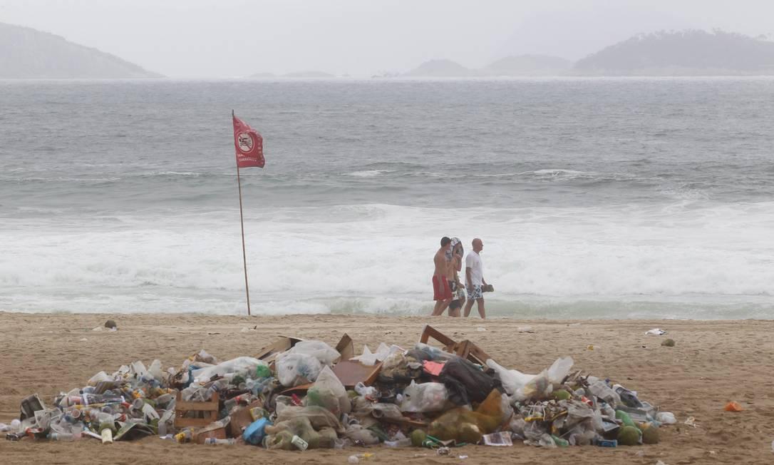 O lixo largado na Praia de Ipanema no fim de semana Foto: Marcelo Carnaval / Agência O Globo