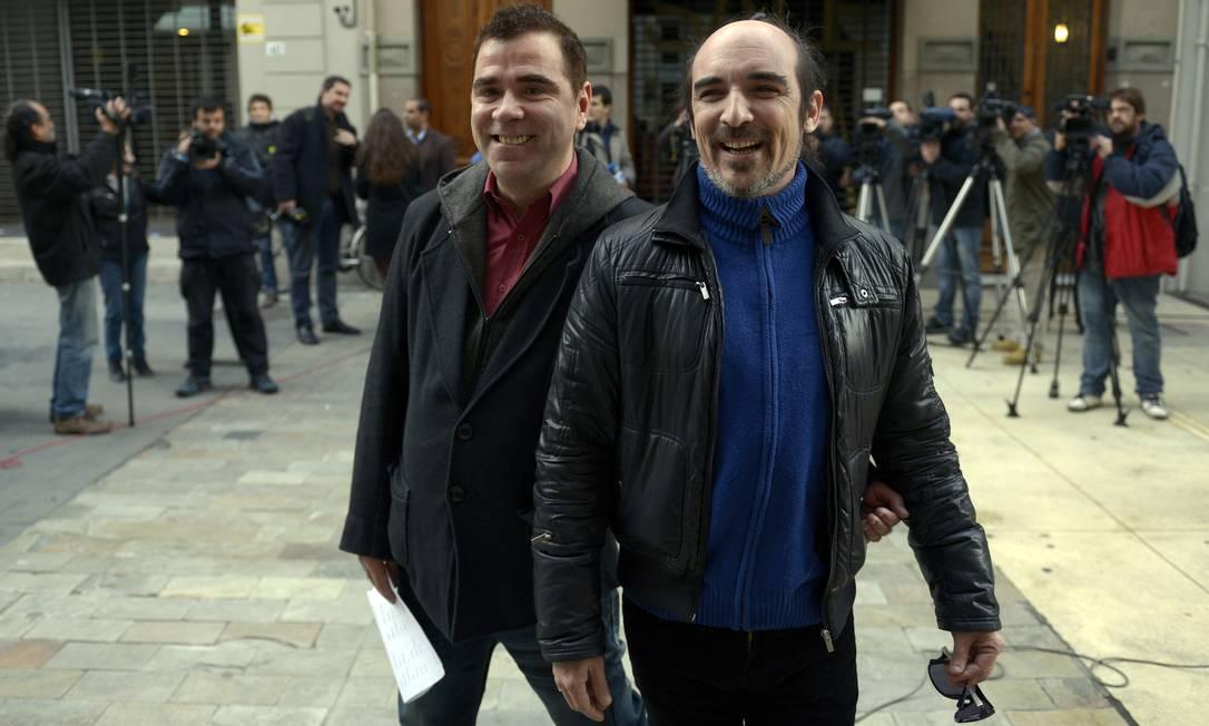 Sergio Miranda (à esquerda) e Rodrigo Borda chegaram ao cartório de Montevidéu antes mesmo que as portas do lugar estivessem abertas Foto: Matilde Campodonico/AP
