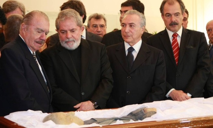 O senador José Sarney no velório do ex-presidente Itamar Franco, ao lado de Lula, Michel Temer e Aloizio Mercadante, em julho de 2011 Foto: Marcelo Piu / O Globo