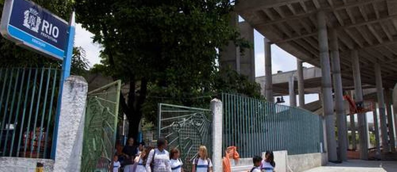 Assim como o Parque Aquático Júlio de Lamare, a Aldeia Maracanã e o estádio de atletismo Célio de Barros, a Escola municipal Friedenreich não será mais demolida - Foto: Agência O Globo / Mônica Imbuzeiro
