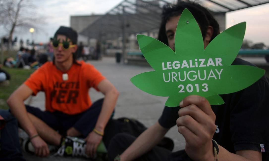 Jovens defendem projeto de regulamentação da cadeia produtiva da maconha no Uruguai Foto: AFP/31-7-2013