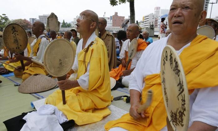 Monges budistas participam da cerimônia Shizuo Kambayashi / AP