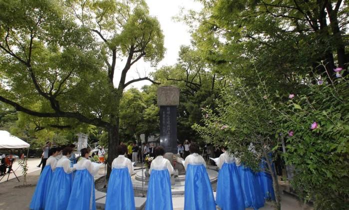 Sul coreanos residentes no Japão prestam homenagem aos conterrâneos mortos no ataque nuclear Shizuo Kambayashi / AP