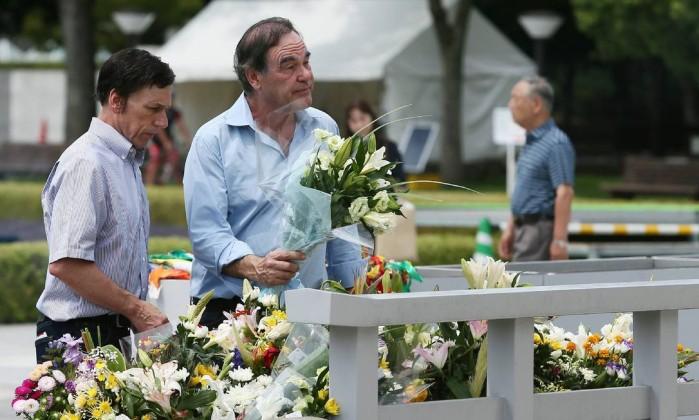 O cineasta Oliver Stone depositou flores em lembrança às vítimas da bomba JIJI PRESS / AFP