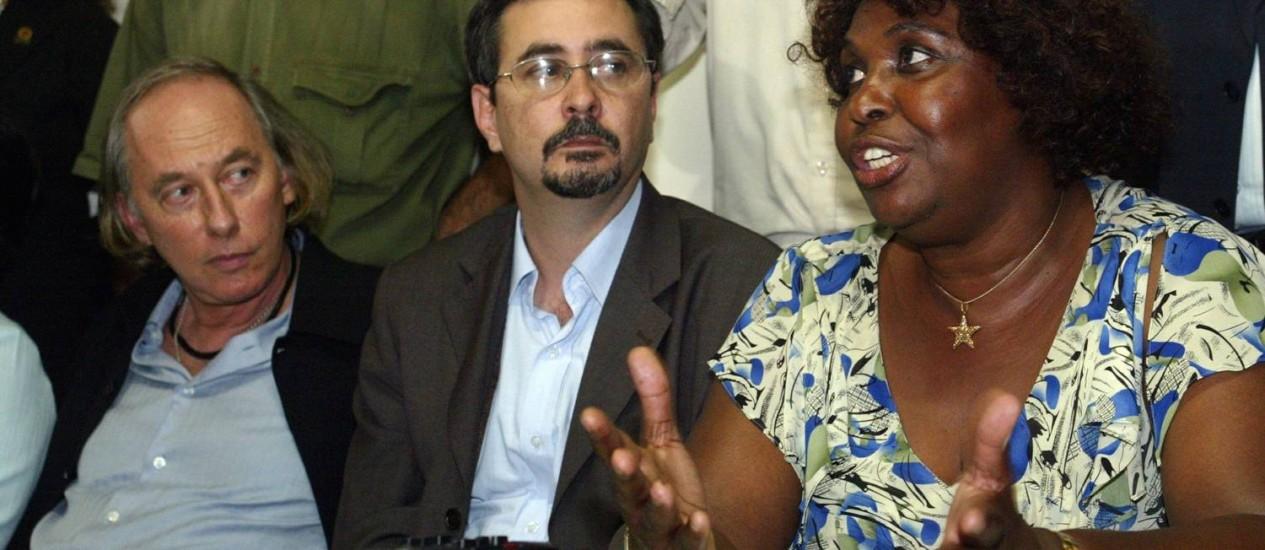 Alberto Cantalice, ao centro, entre o secretário de Meio Ambiente do Rio, Carlos Minc, e a deputada federal Benedita da Silva Foto: Marcelo Carnaval