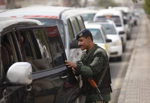 Agente de segurança inspeciona um carro a caminho do aeroporto em Sanaa, capital do Iêmen Foto: Khaled Abdullah / REUTERS