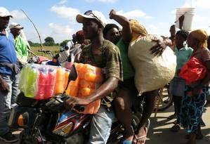 Haitianos trazem produtos comprados na vizinha República Dominicana Foto: AP-15-7-2013