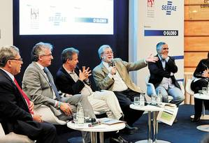 Debates. A partir da esquerda: Renato Abreu (PME), Vicente Paulo Loureiro (governo do Estado) Mauro Osório (UFRJ), George Vidor (O GLOBO), Cezar Vasquez (Sebrae) e Adriana Freitas (Iets) Foto: Gustavo Miranda
