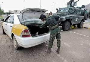 Policial revista carro em blitz montada perto da Embaixada dos EUA em Sanaa, capital do Iêmen: espionagem no combate ao terror divide opiniões Foto: Hani Mohammed/AP