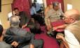 Omar al-Bashir (à direita no fundo da foto) e seus partidários em seu avião