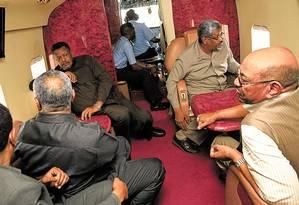 Omar al-Bashir (à direita no fundo da foto) e seus partidários em seu avião Foto: REUTERS