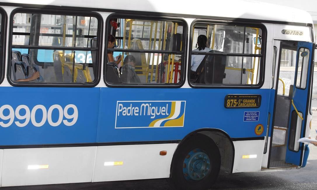 Ônibus da linha 875 em circulação em Cascadura - Foto: Fabiano Rocha / Arquivo Agência O Globo