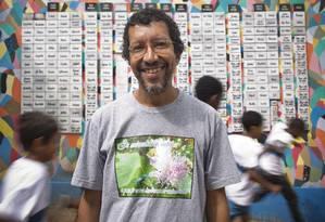 O professor de biologia Luiz Henrique Rosa em frente ao muro decorado por alunos da Escola Municipal Herbert Moses com cerca de 200 nomes de escravos Foto: Paula Giolito