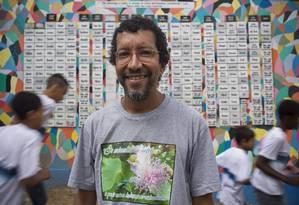 O professor Luiz Henrique Rosa descobriu mais de 360 apelidos racistas em escola municipal Herbert Moses e resolveu criar um projeto que homenageia escravos para aproximar os alunos Foto: Paula Giolito / Agência O Globo