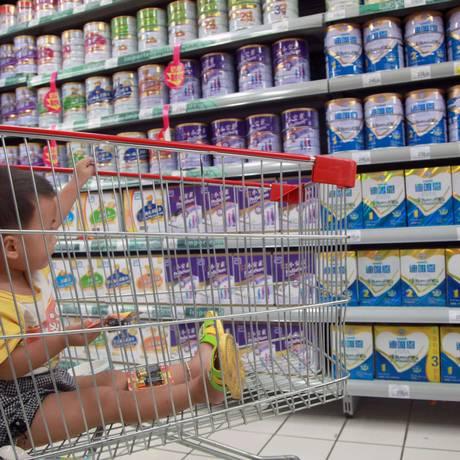 Bebê observa produtos chineses produzidos com material fornecido pela neozelandesa Fonterra Foto: AFP