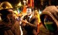 Mascarado participa de protesto no Centro do Rio