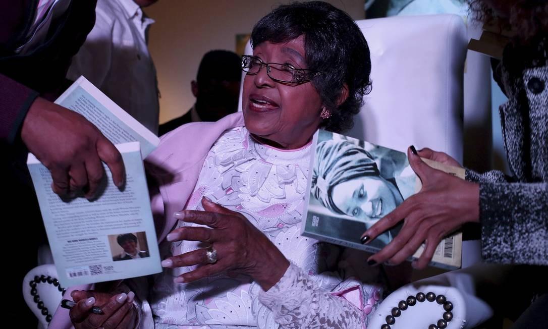"Winnie Mandela autografa exemplares de seu livro ""491 days: prisoner number 1323/69"" Foto: SIPHIWE SIBEKO / REUTERS/SIPHIWE SIBEKO"