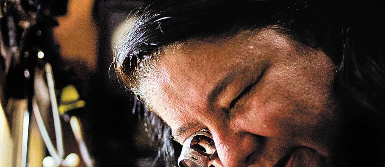 Consertando o tempo. Sueli Mendes vive de acertar os relógios. Em casa, no tempo livre, vê TV e acessa internet Foto: Paula Giolito / Paula Giolito
