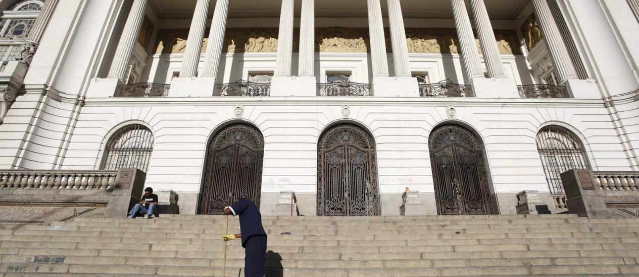 Funcionários varrem as escadarias da Câmara dos Vereadores após a ocupação dos manifestantes Foto: Hudson Pontes / Agência O Globo