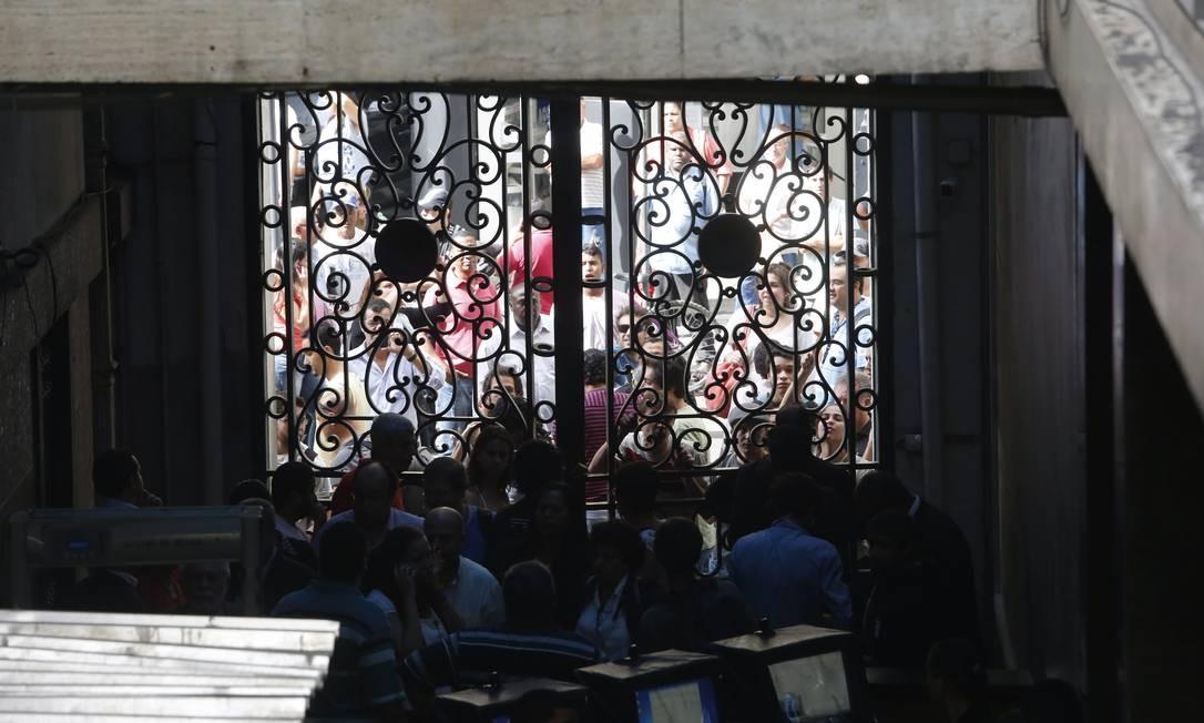 Parte dos manifestantes não consegue entrar na Casa Hudson Pontes / O Globo
