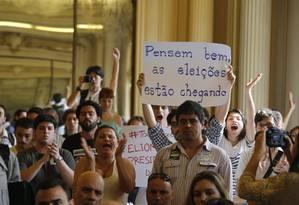 Manifestantes ocupam a Câmara Municipal do Rio de Janeiro Foto: Hudson Pontes / O Globo