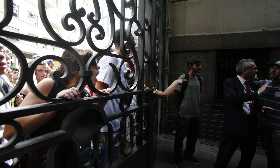 Manifestantes que ficaram fora da Câmara gritam para entrar no prédio Hudson Pontes / O Globo