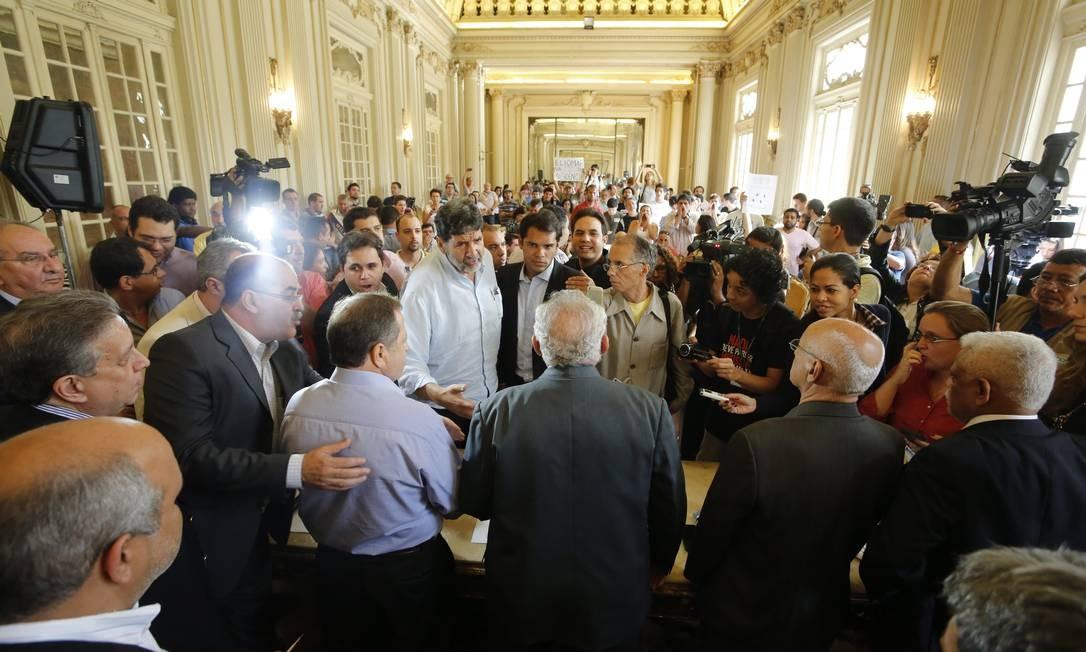 Manifestantes querem a renúncia do presidente da CPI, Domingos Brazão (PMDB) e a nomeação de Eliomar Coelho (PSOL), que propôs a CPI, para o cargo Hudson Pontes / O Globo