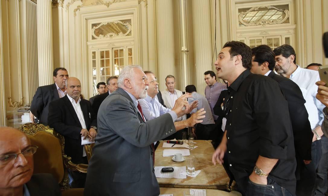 Manifestantes discutem com vereadores Hudson Pontes / O Globo