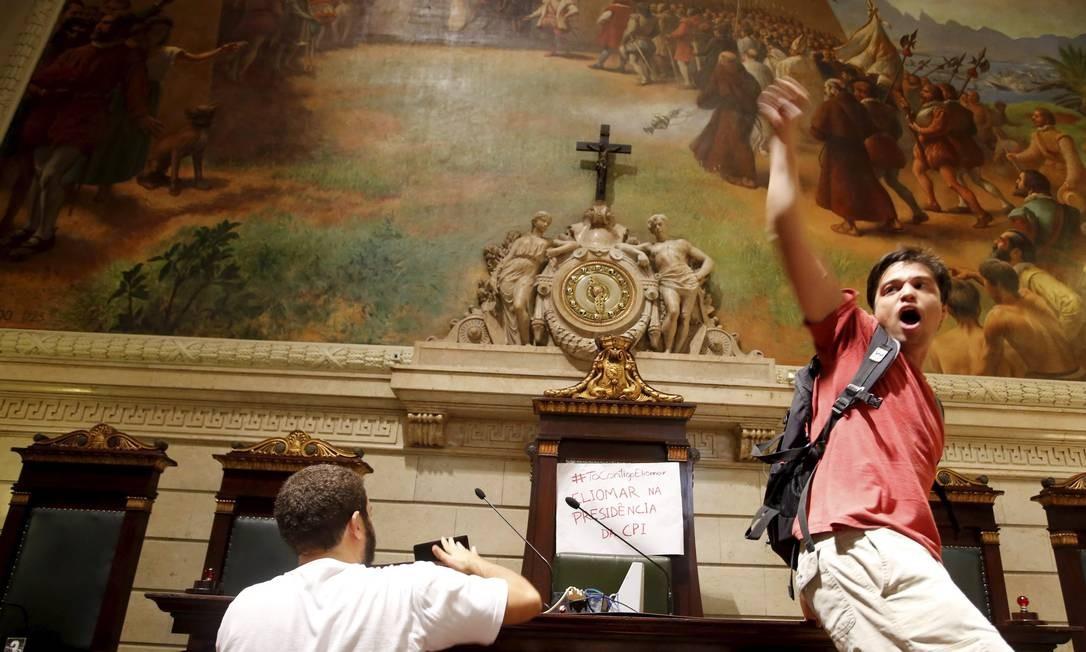 Manifestantes invadem o plenário da Câmara Hudson Pontes / O Globo