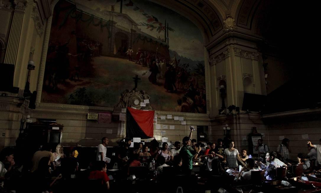 Manifestantes ocupam plenário da Câmara dos Vereadores. Iluminação do local foi cortada Domingos Peixoto / O Globo