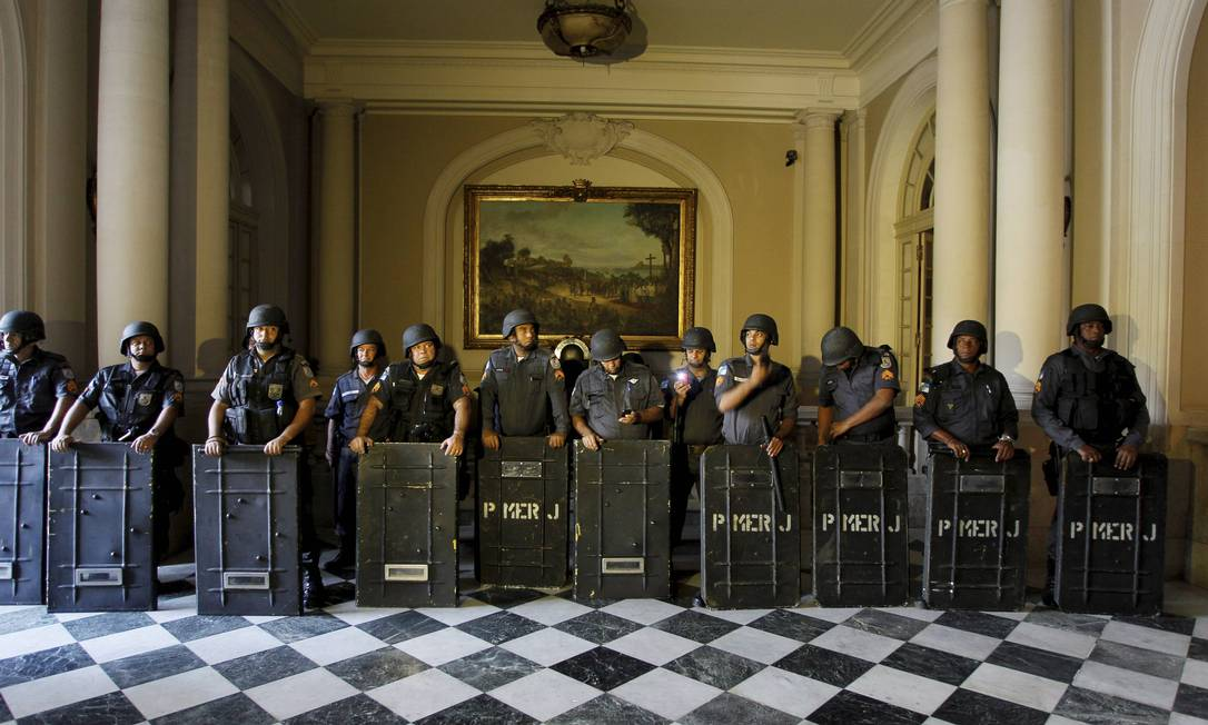 Policiais do Batalhão de Choque em um corredor da Câmara Domingos Peixoto / O Globo