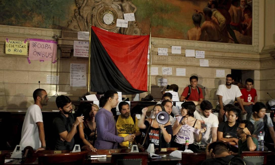 RI Rio de Janeiro (RJ) 09/08/2013 Manifestantes invade camara dos vereadores do Rio . Foto Domingos Peixoto / agência o Globo Domingos Peixoto / Agência O Globo