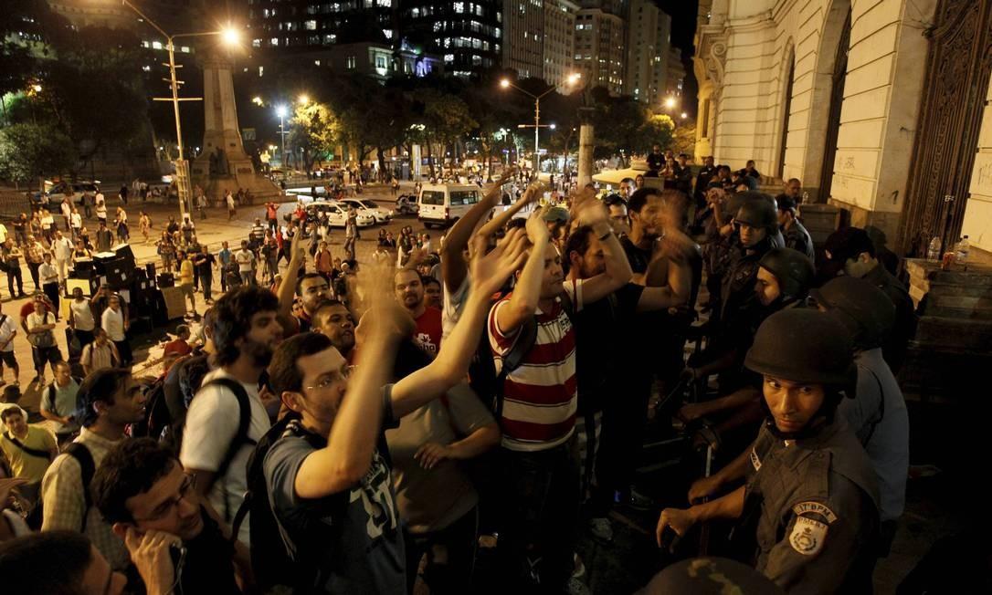 Manifestantes em frente à Câmara na noite desta sexta-feira Domingos Peixoto / Agência O Globo