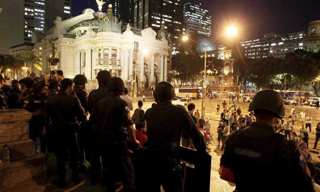 Policiais permanecem na entrada da Câmara, na noite desta sexta-feira Domingos Peixoto / Agência O Globo