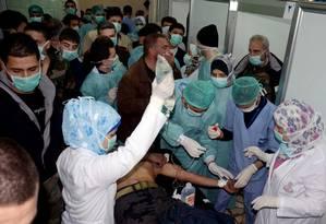 Médicos atendem vítimas de suposto ataque com armas químicas em Khan al-Assal, na Síria Foto: Uncredited / AP