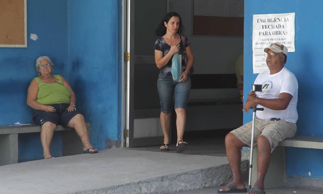 Paciente deixa o Hospital Municipal Paulino Werneck, na Ilha do Governador, sem conseguir atendimento. Setor de emergência da unidade está fechado Foto: Marcelo Carnaval / Agência O Globo
