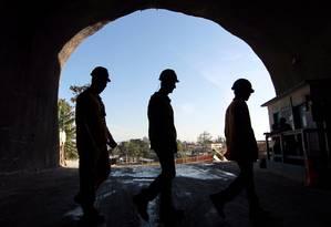 Operários trabalham em trecho do túnel da Linha 4 aberto na Barra da Tijuca: quando for inaugurado, metrô até Ipanema deve ser usado por 300 mil passageiros diariamente Foto: Gustavo Miranda / Agência O Globo