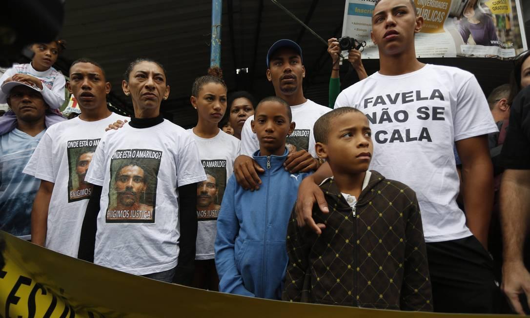 Família de Amarildo participa de ato na Rocinha Foto: Paula Giolito / Agência O Globo