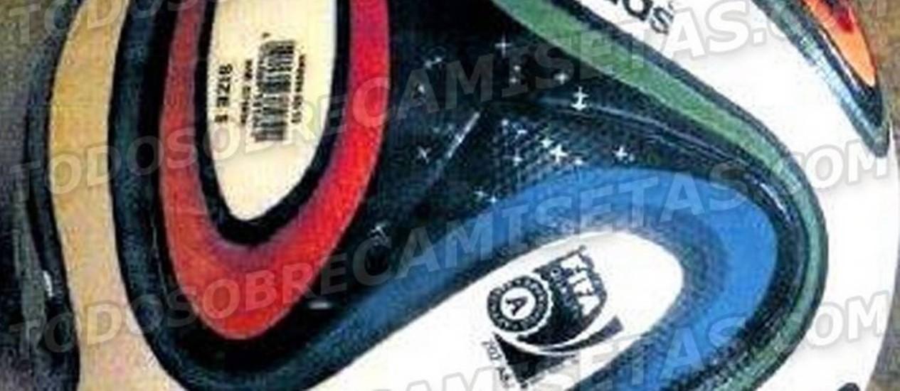 A Brazuca, bola da Copa de 2014, é exibida pelo site uruguaio Todo Sobre Camisetas Foto: Reprodução internet