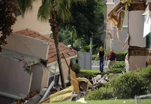 Trabalhadores inspecionam os dois prédios que desabaram parcialmente no Summer Bay Resort Foto: DAVID MANNING / REUTERS