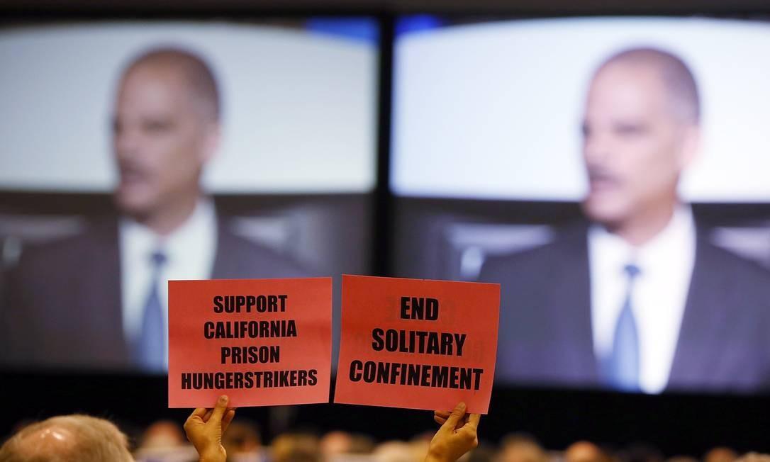 Mulher segura cartaz durante discurso de Holder em São Francisco Foto: JUSTIN SULLIVAN / AFP