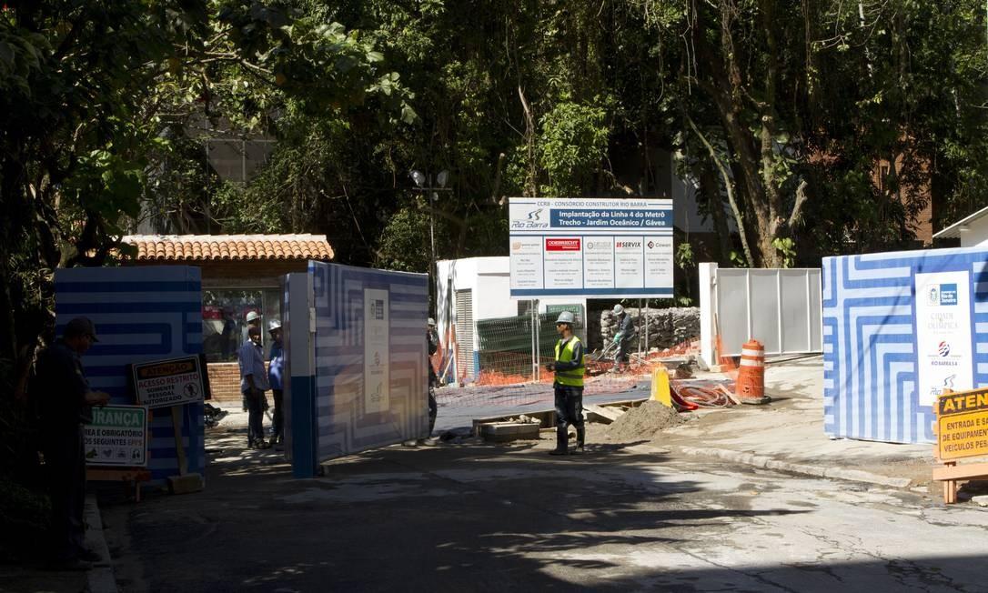 Canteiro de obras na Travessa Madre Jacinta: moradores reclamam do barulho até de madrugada Foto: Bia Guedes