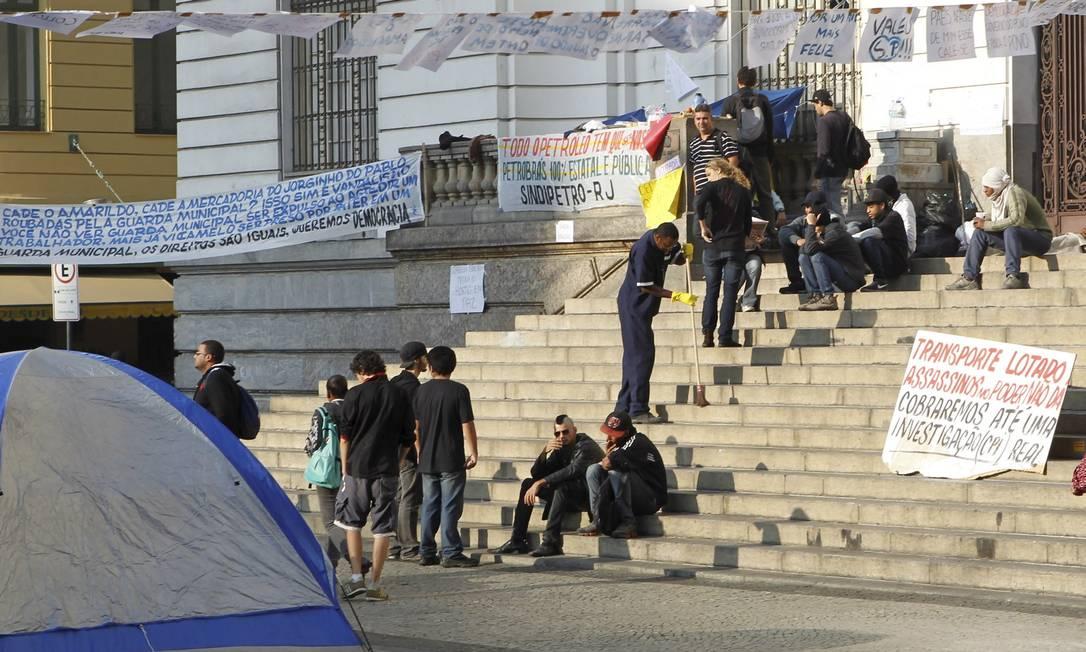 Manifestantes permanecem acampados em frente à Câmara de Vereadores, no Centro Foto: Marcelo Piu / O Globo