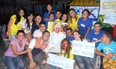 Jovens cearenses prejudicados por agência de turismo protestam em Fortaleza usando poster do Papa Francisco Foto: / Arquivo pessoal